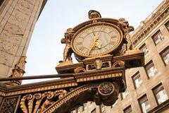 在大厦之外的时钟在匹兹堡, PA 免版税库存图片