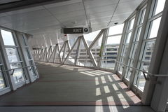 在大厦之间的高的步行skywalk 免版税库存照片