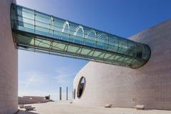 在大厦之间的玻璃隧道桥梁在Champalimaud基础飞过 库存图片