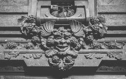 在大厦入口的哥特式面貌古怪的人门面在米兰 库存图片