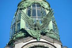 在大厦公司`歌手`的美国老鹰1904年天` s太阳的建筑特写镜头 桥梁okhtinsky彼得斯堡俄国圣徒 免版税图库摄影