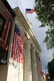 在大厦前面的华美的美国国旗  免版税库存图片