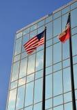 在大厦前面的美国人和得克萨斯旗子 免版税库存图片