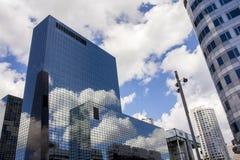 在大厦反射的云彩 免版税库存照片