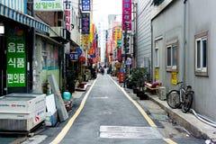 在大厦后的小街道在釜山,韩国 库存照片
