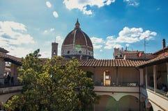 在大厦和大教堂圆顶的屋顶视图与晴朗的蓝天在Florenc 免版税库存照片