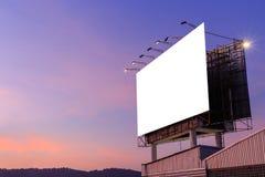在大厦和天空顶部的大白色广告广告牌 图库摄影