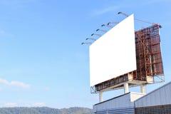 在大厦和天空顶部的大白色广告广告牌 库存图片
