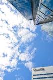 在大厦和摩天大楼前面的加拿大标志 免版税库存图片