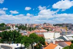 在大厦和橙色屋顶的鸟瞰图在里斯本,葡萄牙 看法从上面在城市和建筑学 免版税库存照片
