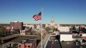 在大厦和街市斯普林菲尔德伊利诺伊美国旗子的鸟瞰图静止 股票录像
