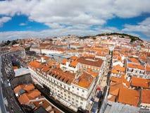 在大厦和街道的鸟瞰图在Lisbona,葡萄牙 橙色屋顶在市中心 免版税库存照片