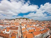 在大厦和街道的鸟瞰图在Lisbona,葡萄牙 橙色屋顶在市中心 免版税库存图片