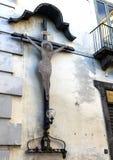 在大厦墙壁上显示的INRI的特写镜头视图在广场塔索,索伦托,意大利 免版税库存照片