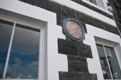 在大厦墙壁上的古色古香的公开时钟在欧洲 免版税库存照片