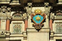在大厦墙壁上的太阳标志 库存照片