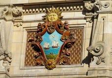 在大厦墙壁上的太阳标志 免版税库存照片