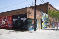 在大厦墙壁上的小组街道画  免版税库存图片