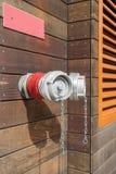 在大厦墙壁上的红火消防栓  免版税库存照片