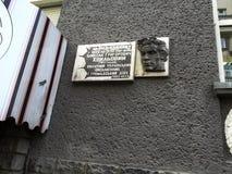 在大厦墙壁上的纪念匾在哈尔科夫,乌克兰作家Mykola Khvylovy居住从1925年到1930年 库存图片