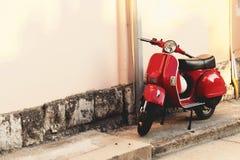 在大厦墙壁附近停放的葡萄酒滑行车 免版税库存照片