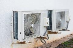 在大厦安装的空调器压缩机 免版税库存照片