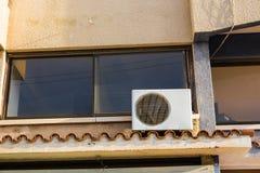 在大厦安装的空调器压缩机 免版税库存图片