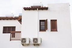 在大厦安装的空调器压缩机 免版税图库摄影