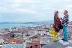 在大厦屋顶上面的爱情小说有城市视图 库存图片