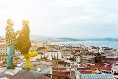 在大厦屋顶上面的爱情小说有晴朗的城市视图 免版税库存照片