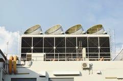 在大厦屋顶的大透气烟囱 免版税库存图片