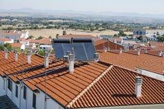 在大厦屋顶的太阳电池板 图库摄影