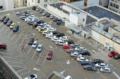 在大厦屋顶的车辆停放全部 免版税库存照片