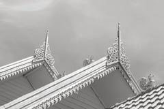 在大厦屋顶的金泰国样式在中午阳光的在wat sareesriboonkam在讽刺文寺庙公众地点 库存照片