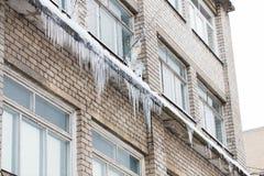 在大厦或生存房子门面的冰柱 免版税库存图片