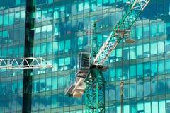 在大厦摩天大楼公寓的建筑用起重机, a的 免版税库存照片