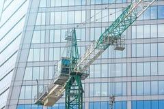 在大厦摩天大楼公寓的建筑用起重机, a的 免版税图库摄影