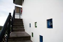 在大厦旁边的楼梯对第二个楼层 免版税图库摄影