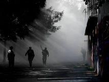 在大厦旁边的步行在战斗结束时 库存图片