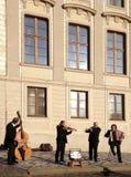 在大厦旁边的音乐家戏剧 免版税库存图片