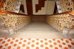 在大厦的一个宽楼梯与木扶手栏杆和伪造的操刀 库存照片