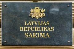 在大厦的一个标志和拉脱维亚的议会拉脱维亚语的: 库存图片