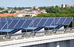 在大厦的上面的太阳电池板 免版税库存照片
