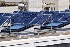 在大厦的上面的太阳电池板 图库摄影