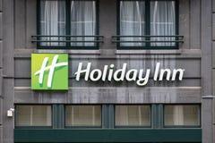 在大厦的假日酒店标志在布鲁塞尔 库存照片