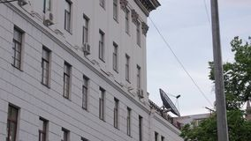 在大厦的卫星天线 股票录像