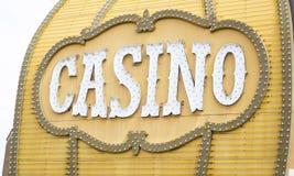 在大厦的古色古香的赌博娱乐场标志 库存图片