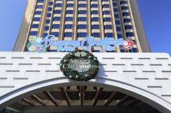 在大厦的圣诞快乐标志 库存照片