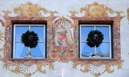 在大厦的圣诞节装饰在圣沃尔夫冈在奥地利 免版税库存图片