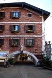 在大厦的圣诞节装饰在圣沃尔夫冈在奥地利 库存照片